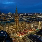 Hamburger Rathaus mit Weihnachtsmarkt