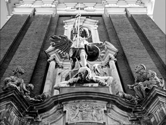 Erzengel Michael im Kampf gegen das Böse (sw)
